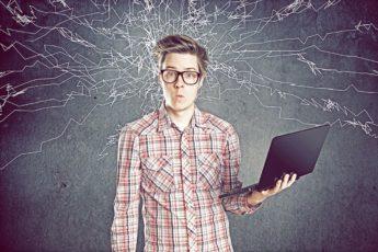 человек с ноутбуком думает
